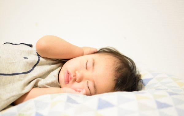 寝かしつけをスムーズに!身体を整えるために食事から気をつけること