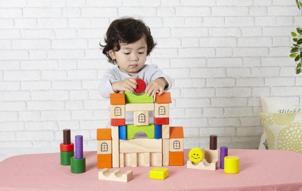 小さな頃からずっと長く使える木のおもちゃ、「積み木」