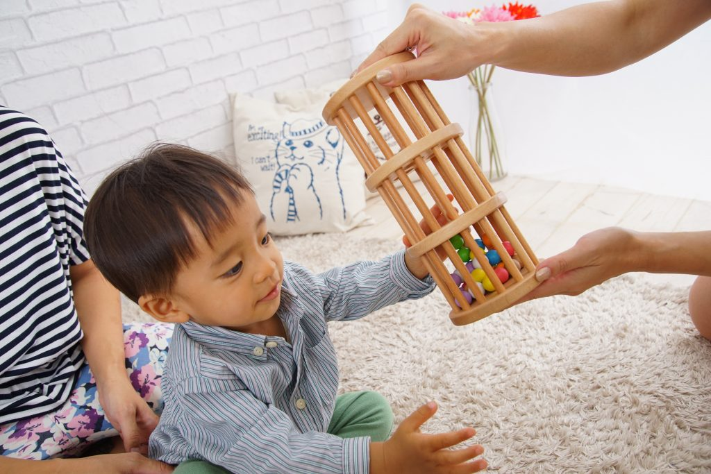 お気に入りのおもちゃで遊ぶ子ども