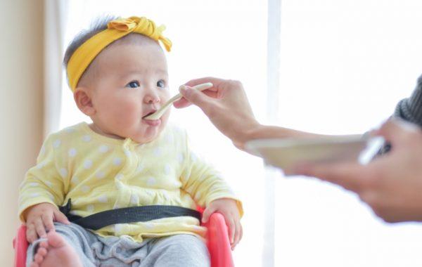 離乳食の赤ちゃん