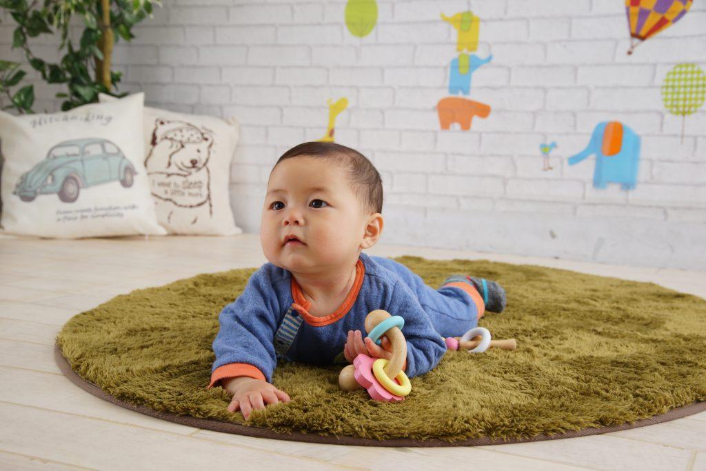 ラトルで遊ぶ赤ちゃん