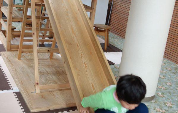 木のおもちゃの滑り台であ曽部子ども