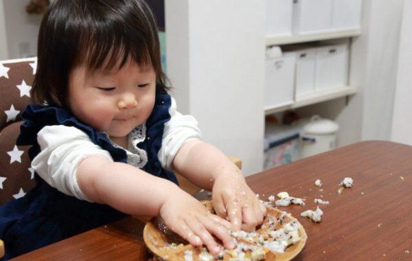 遊び食べをする子ども