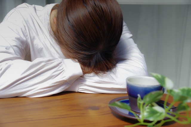 イライラして臥せっている女性